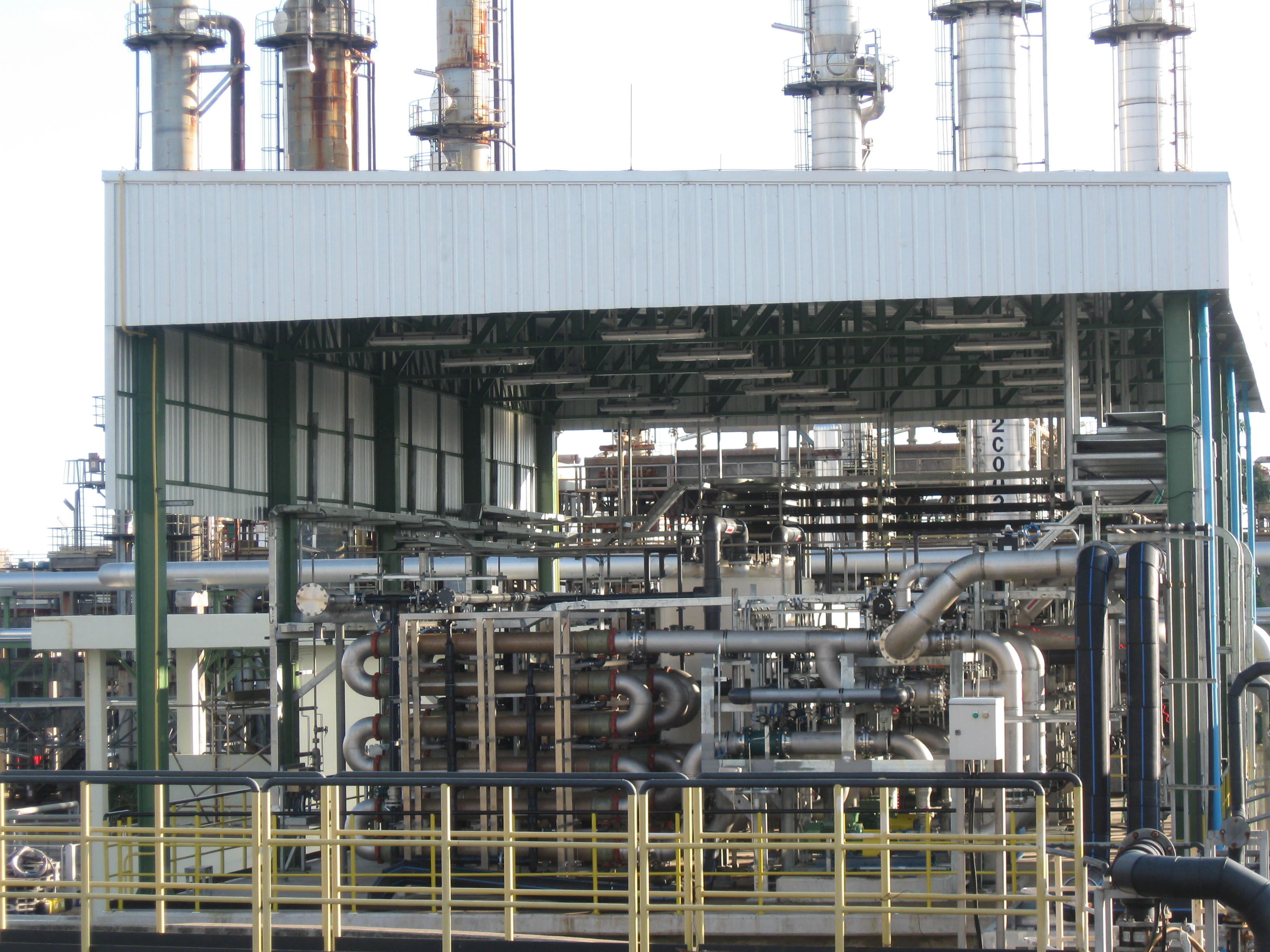 The treatment of complex effluents and water recycling in the petrochemical industry