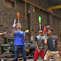 Treten mit Jonglage und Artistik im Wehrle-Werk auf: Schüler der nicaraguanischen Clown- und Mimenschule in Granada. Karin Schiebold und Wehrle-Vorstand Heiner Steinberg (rechts) freuen sich drauf.
