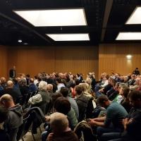 Bürgerinformationsveranstaltung zum Thema Klärschlammverwertung in Breitenhart - Prof. Quicker beim Beantworten von Bürgerfragen